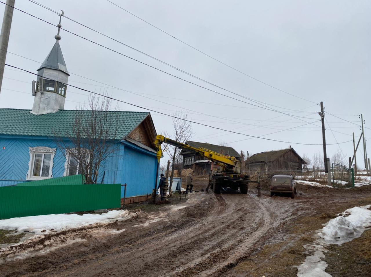 селе Бичурино (Озын Ялан) Бардымского района смонтировали сваи под основание нового минарета.